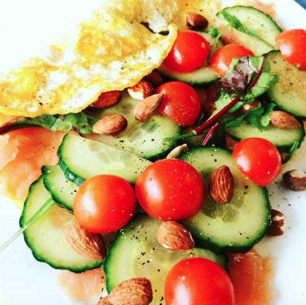 Omelet met zalm, komkommer en cherrie tomaatjes